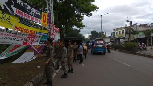 Dibabat Habis Spanduk Liar Oleh Satpol PP Kecamatan Cibinong